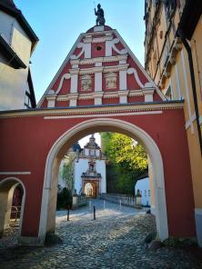 Zugang zur Vorburg. Im Hintergrund das eigentliche Burgtor.