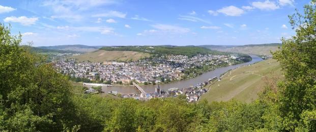 Panoramablick vom Kaiserstuhl hinunter nach Bernkastel-Kues
