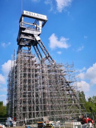 Stahl auf Stahl: Der zu Rennovierungszwecken eingerüstete Förderturm der ehemaligen Zeche Rheinelbe