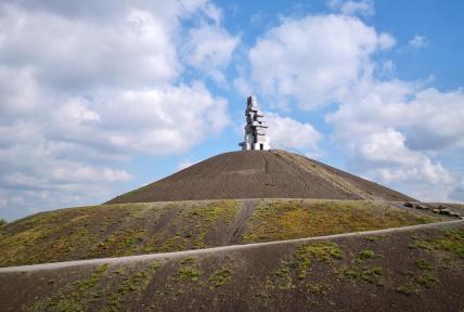 """Spitze der Halde Rheinelbe mit der Betonskulptur """"Die Himmelsleiter"""""""