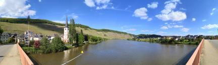 Panoramablick von der Moselbrücke Piesport: Links Alt-Piesport, rechts Piesport