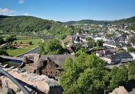 Blick von der Spitze des Bergfrieds der Saarburg zur Altstadt.