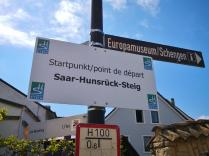 Hinweisschilder an der Moselbrücke nach Schengen auf deutscher Seite