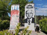 Zwei Segmente der früheren Berliner Mauer vor dem Europamuseum in Schengen