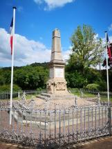 Französisches Kriegerdenkmal für die Gefallenen des Ersten und Zweiten Weltkriegs am Moselufer in Sierck-les-Bains