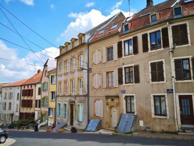 Häuser in Sierck-les-Bains unterhalb der Burg