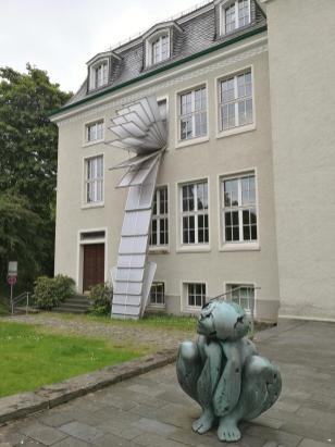 """Die """"Mollige / hockendes Mädchen"""" von Max Kratz vor dem Kunstmuseum Solingen"""