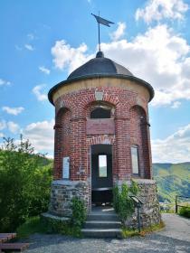Der Collis-Turm oberhalb von Zell