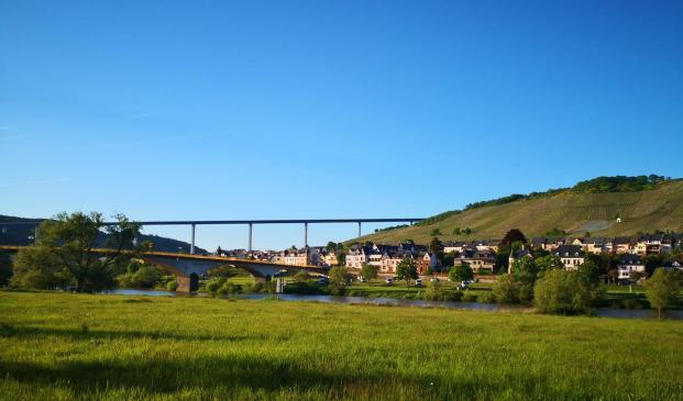 Blick zum Womo-Stellplatz an der Moselbrücke
