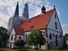 Seitenblick auf die Kirche St. Nicolai, deren Türme zur Zeit eingerüstet sind