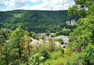 Blick beim Aufstieg auf den großen Burgberg hinunter zu unserem Womo-Stellplatz neben der Sole-Therme