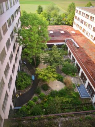 """""""Garten der Stille"""" im Innenhof zwischen den Seminarhäusern"""