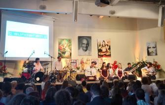 Sundaram mit Band on stage