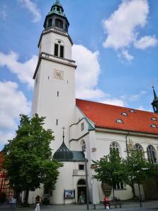 Die Stadtkirche neben dem Bomann-Museum