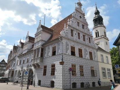 Das Alte Rathaus im Stil der Weserrenaissance bemalt im Stile der Lüftelmalerei