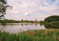 Blick über den Mühlensee auf das Museumsgelände