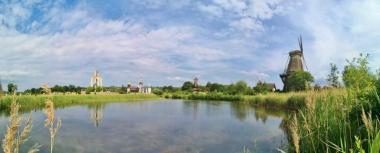 Panoramabild vom Mühlensee mit dem Glockenturm (links), dem Kulturinstit die Brücke (Mitte) und der ukrainischen Windmühle Natascha (rechts)