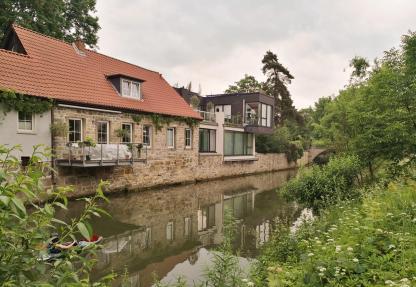 Modern-historische Bebauung an der alten Bischöflichen Wassermühle an der Innerste