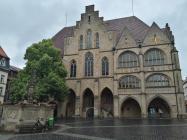 Das Hildesheimer Rathaus mit Rolandbrunnen