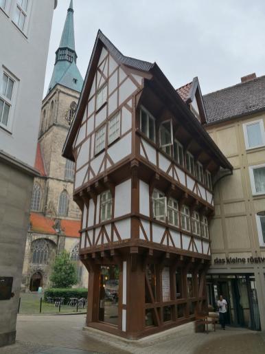 """Schmales Häuschen: Der """"Umgestülpte Zuckerhut"""" am Andreasplatz"""