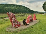 Am Nordufer haben Studenten aus Detmold verschiedene Sitzfiguren errichtet