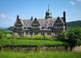 Die Rückseite des Westflügels vom Park hinter dem Schloss aus gesehen