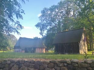 Typische Bauernhäuser mit Scheunen bei Wilsede