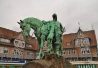 Reiterdenkmal von Herzog August vor dem Rathaus am Stadtmarkt