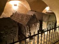 Sarkophage in der Fürstengruft unter dem Hohen Chor