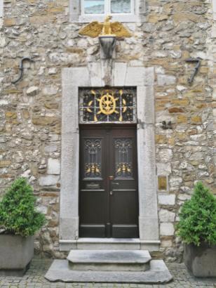 Reich verziertes Portal an einem denkmalgeschützten Haus