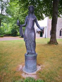 Statue vor dem Kloster