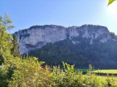 Immer wieder fällt der Blick auf mächtige Felswände