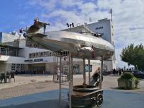 Ein Zeppelin als Kinderspielgerät vor dem Zeppelin-Museum am Hafen