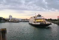 Ausfahrt einer Fähre aus dem Hafen