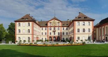 Das Schloss Mainau (Foto Rainer Lippert, bearbeitet durch Tuxyso | http://commons.wikimedia.org | Lizenz: CC BY-SA 3.0 DE)