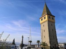 Der Mangturm am Hafenplatz. Im Hintergrund: Die Hafenausfahrt.