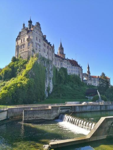 Das Schloss vom Donau-Wehr aus gesehen