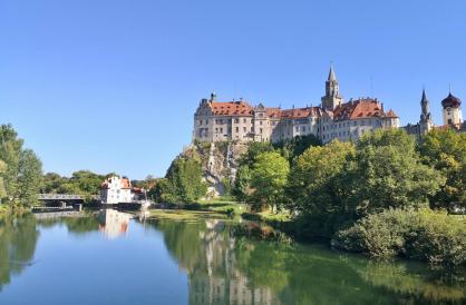 Die Sonnenseite des Schlosses von der Donaubrücke aus gesehen