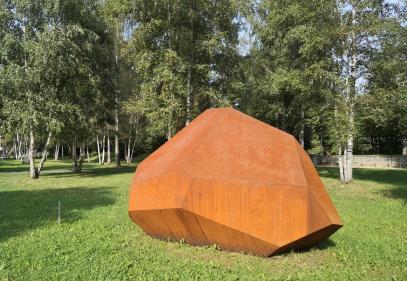 Skultpur an unserem Stellplatz am Rande des Donauparks