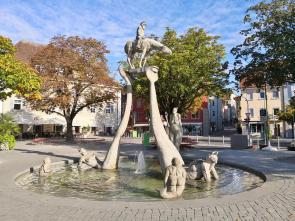 Prächtiger Bodenseereiter-Brunnen von Peter Lenk an der Seepromenade