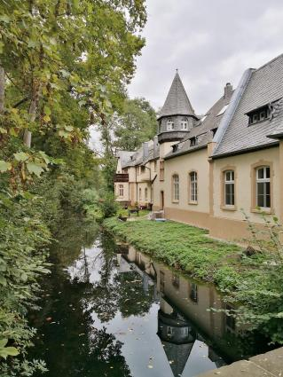 Die Wasserflächen rund um das Schloss werden vom Eselsbach gespeist