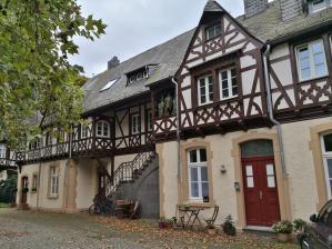 Wirtschaftsgebäude neben dem Schloss im historisierenden gotischen Stil