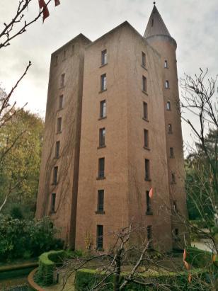 Modernes Gästehaus im Stile eines mittelalterlichen Bergfrieds