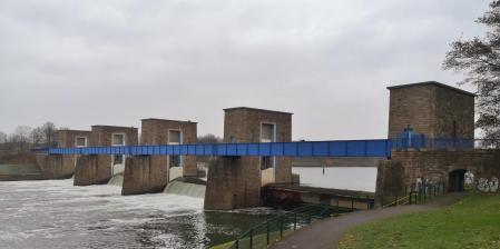 Panoramabild vom letzten Wehr der Ruhr vor ihrer Mündung in den Rhein