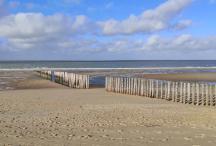 Bunenmasten grenzen die verschiedenen Strandabschnitte ein