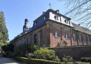 Blick auf das Hauptgebäude aus dem Park des Nikolausklosters