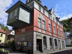 Am Aufstieg zur Burg: Die ehemalige Silberschmiede Holländer – Heutiges Apollo Service-Kino