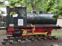 Historische Lokomotive am Garten der Villa Grün