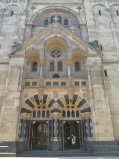 Prächtiges Portal der St. Adolfus Kirche