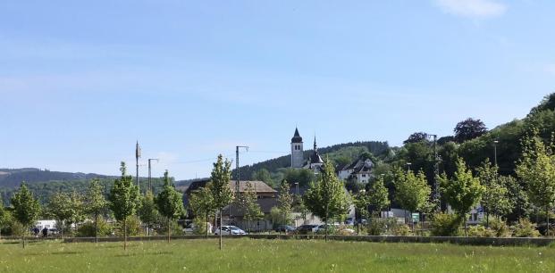 Blick vom Lennpark hinauf zur Kirche von Finentrop